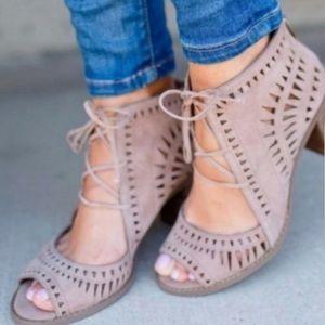 Vince Camuto Tarita Cutout Lace Up Sandals 9